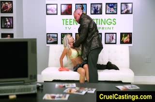 Любительница фетиша кайфует от жесткого секса 180