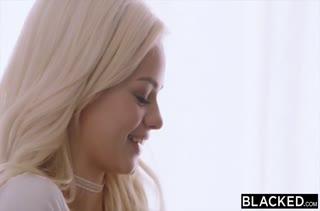 Блондинка показывает настоящий порно класс 1398