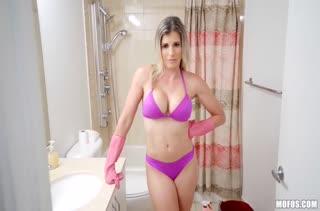 Блондинка показывает настоящий порно класс 483