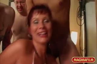 Несколько членов проникают в мокрые дырочки девушки 3107